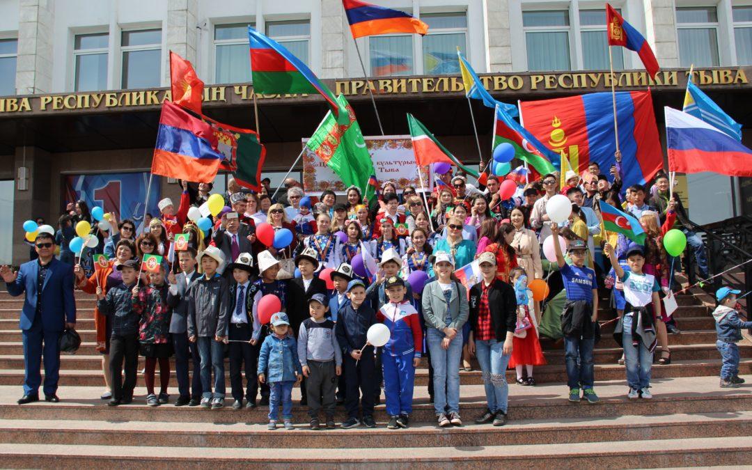 Колонна Агентства по делам национальностей Республики Тыва на празднике-шествие в честь праздника весны и труда.