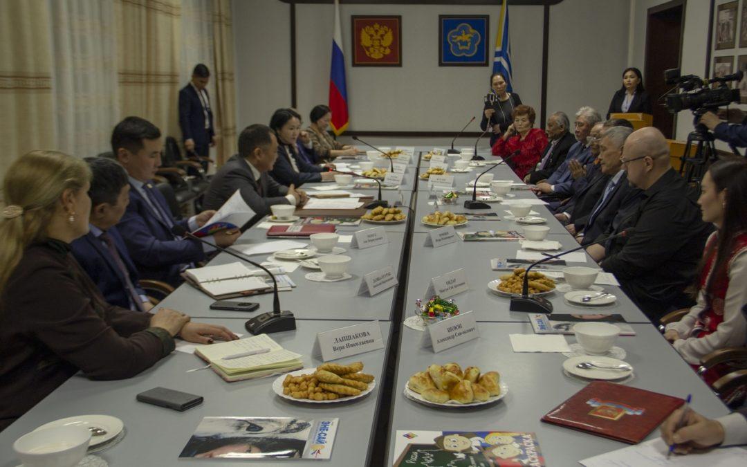 Сегодня в честь международного Дня родного языка Глава Республики Тыва Шолбан Валерьевич Кара-оол встретился с писателями Республики Тыва.